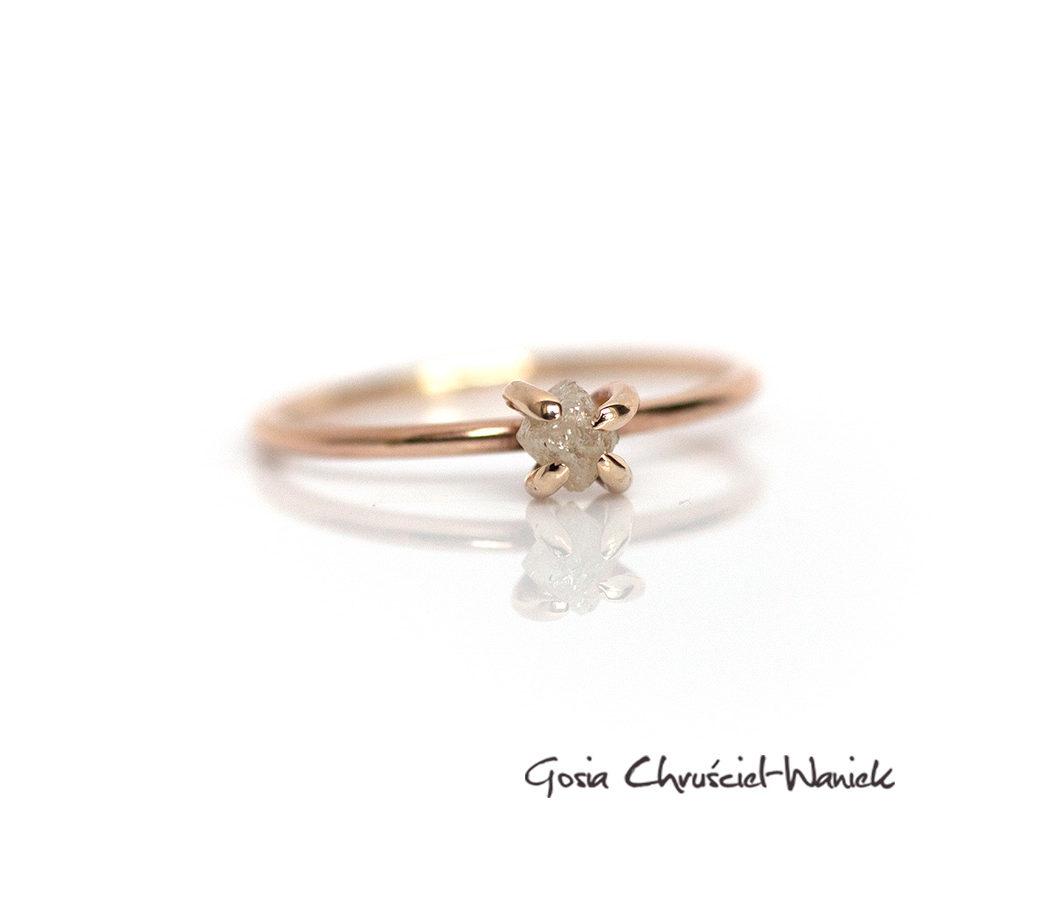 Złoty pierścionek z surowym diamentem w pazurkach