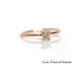 Surowy diament z pazurkach w złocie
