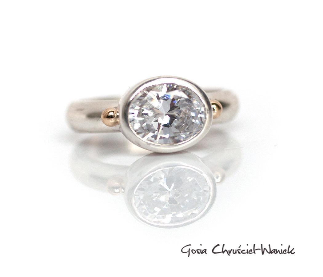 Koktajlowy pierścień z cyrkonią i złotymi kuleczkami