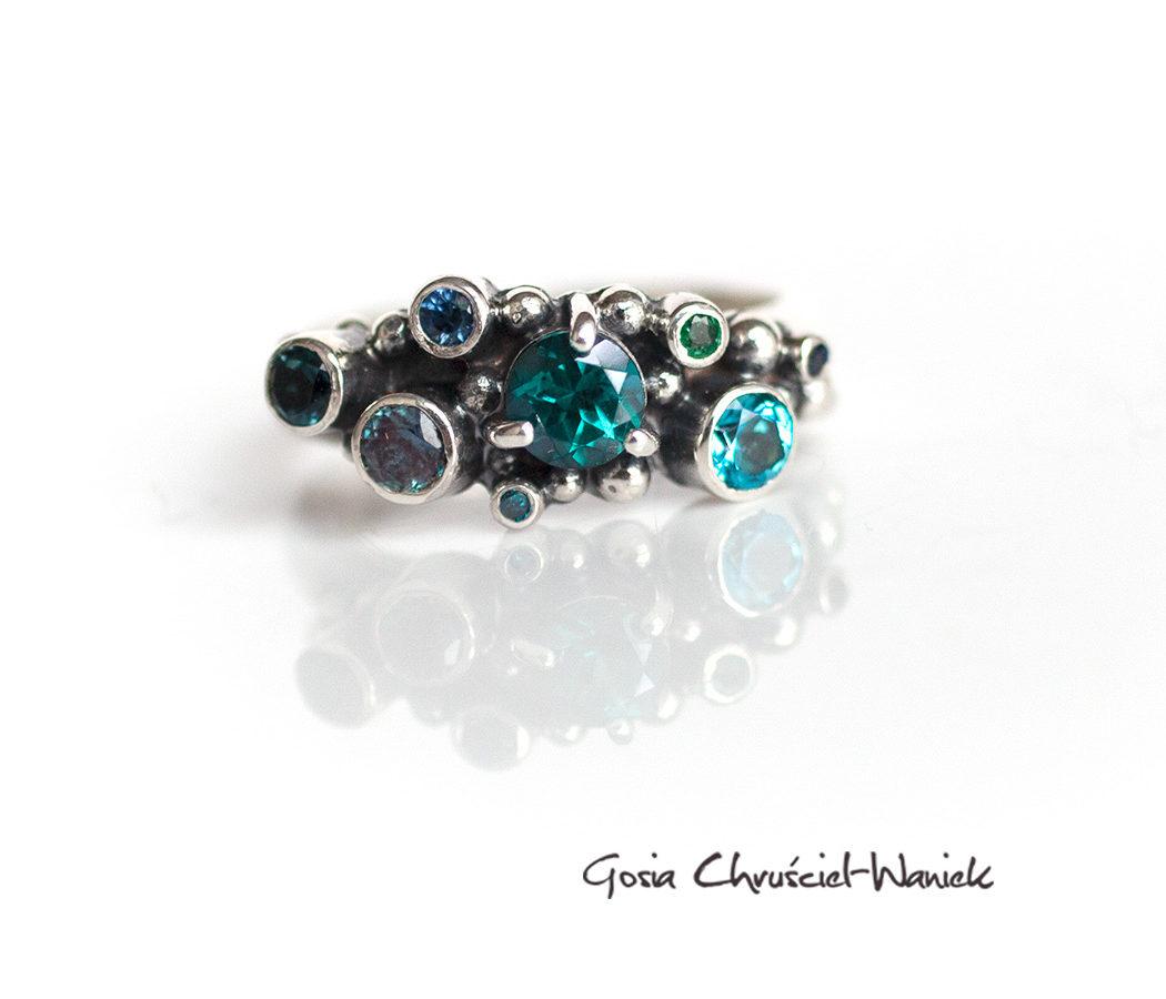 Srebrny pierścionek z topazami, aleksandrytem, szafirami