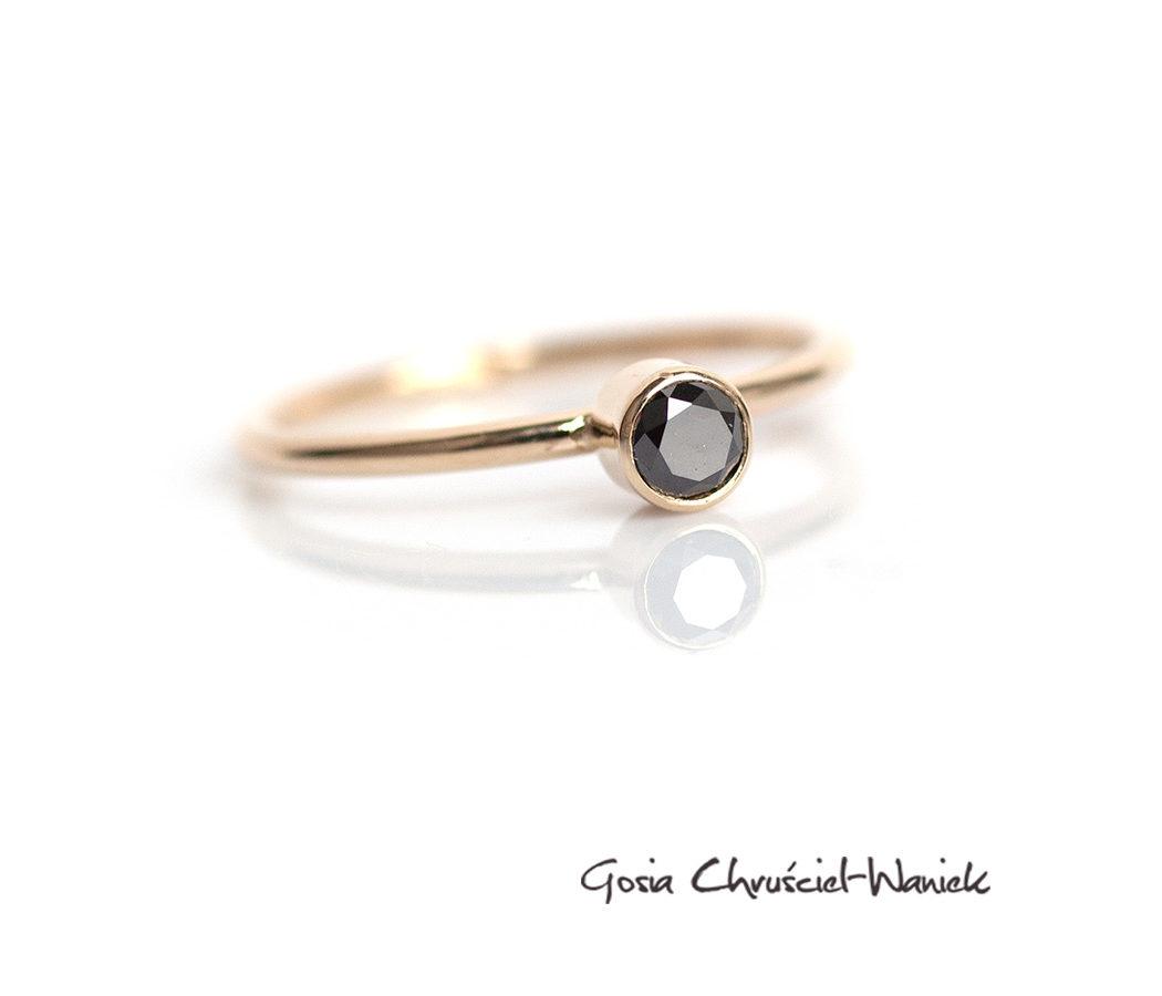 Złoty pierścionek z czarnym brylantem