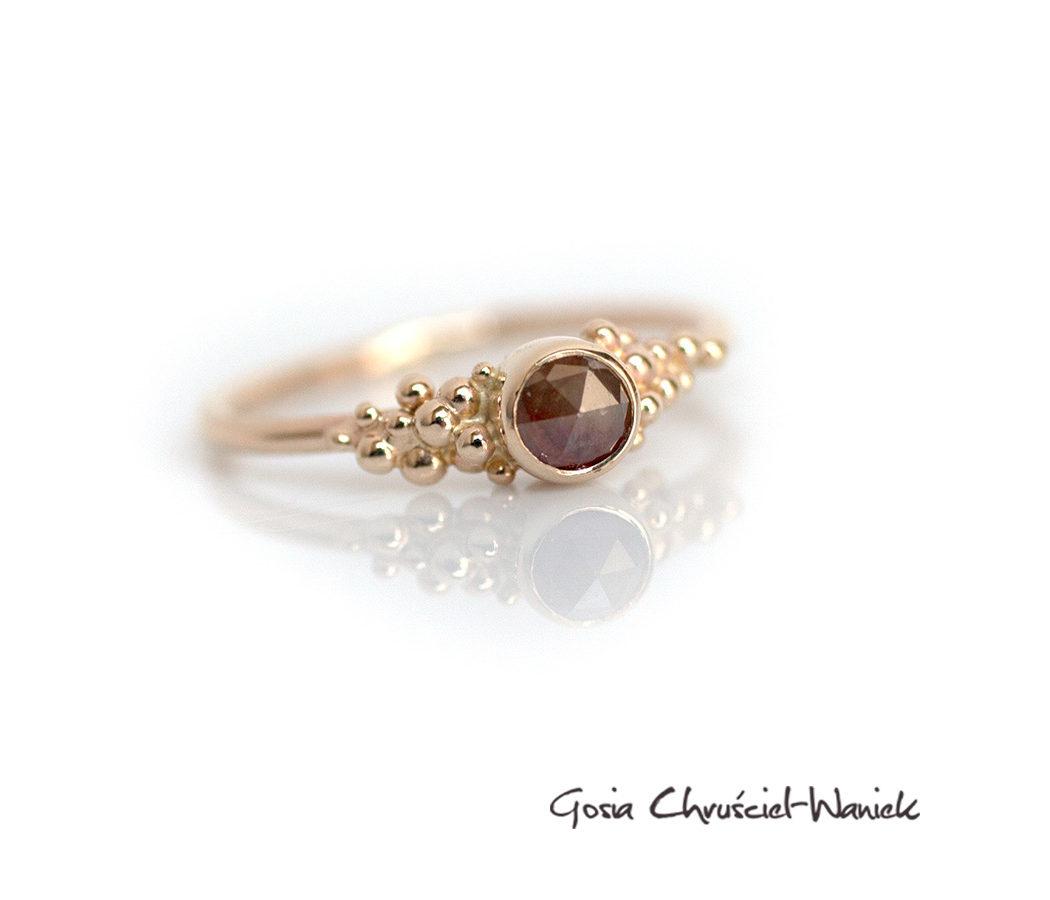 Złoty pierścionek z rozetą diamentową