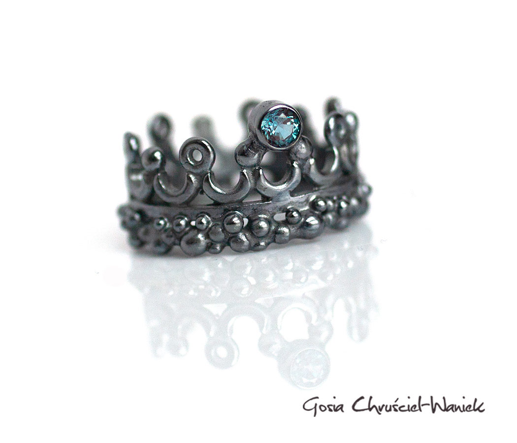 Okazały pierścień korona z aleksandrytem