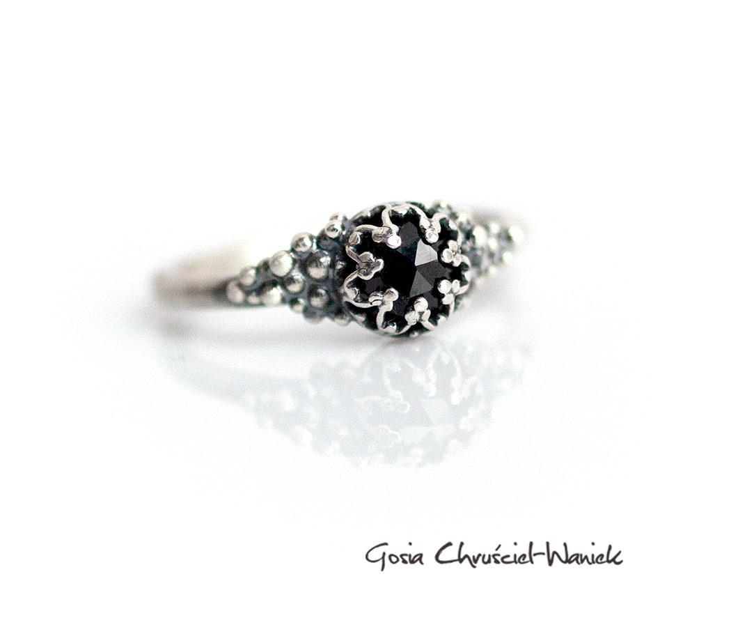 Srebrny pierścionek z czarnym spinelem