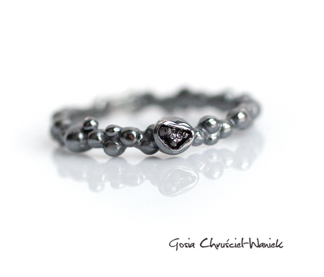Srebrny pierścionek Symbiosis z czarnym surowym diamentem