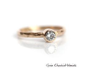 Złoty pierścionek ze srebrnym moissanitem