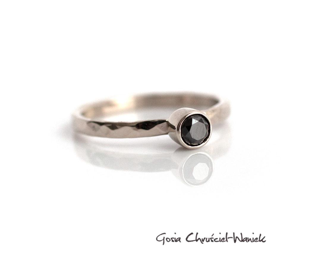 Pierścionek z czarnym diamentem w białym złocie