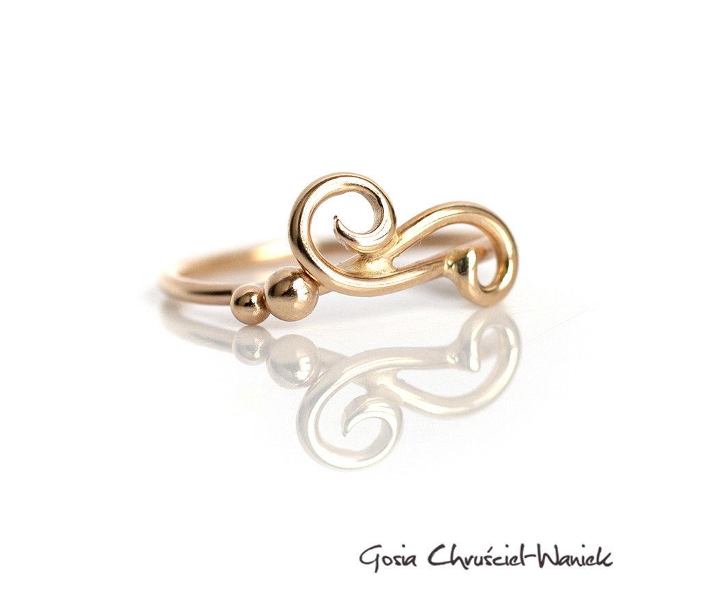 Złoty, delikatny pierścionek z kuleczkami