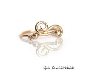 Ażurowy złoty pierścionek z kuleczkami