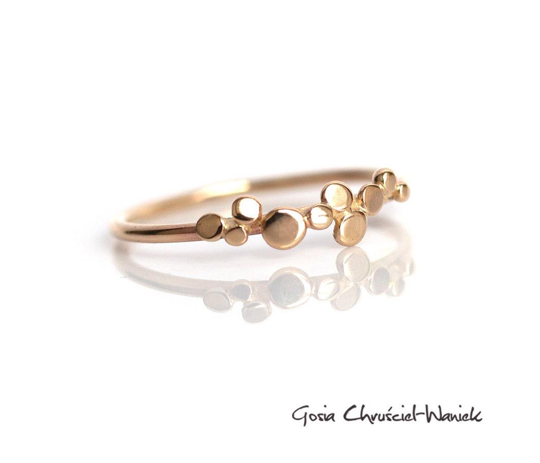 Złoty organiczny pierścionek z mikrolistkami