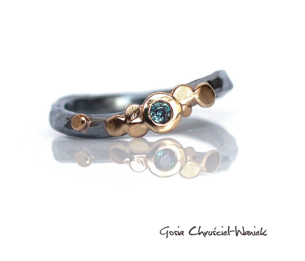 Organiczny srebrno złoty pierścionek z aleksandrytem