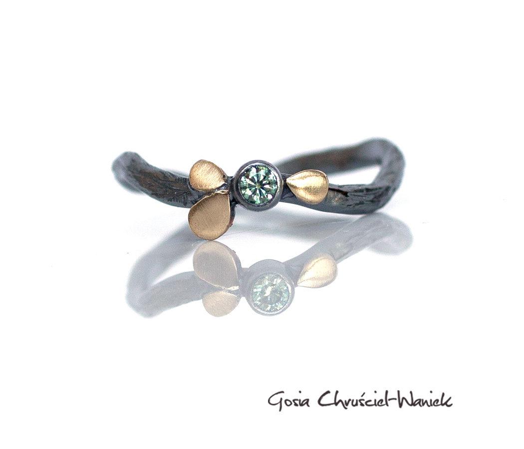 Srebrno złoty pierścionek z moissanitem