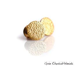 Circle – złocone kolczyki z fakturą