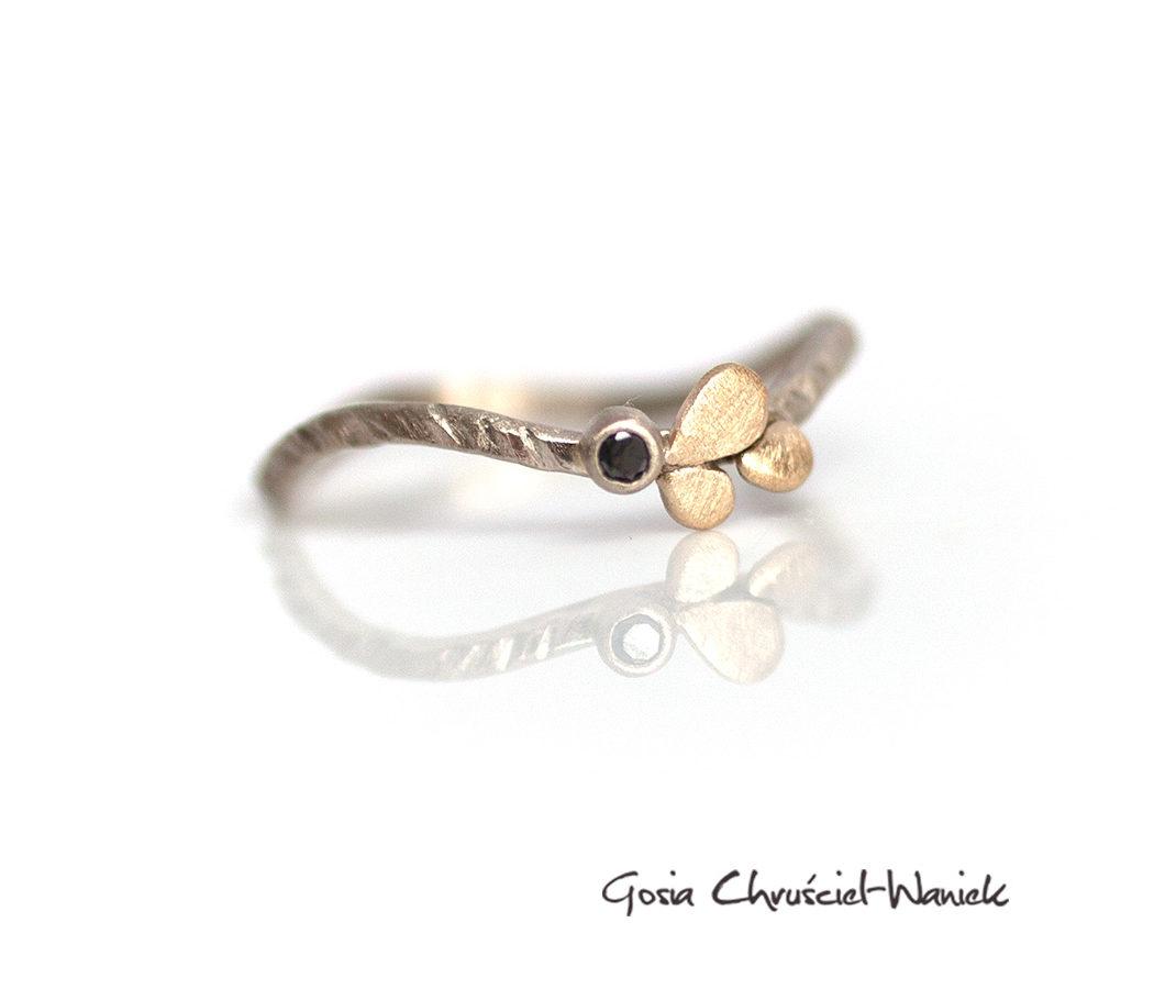 Delikatny złoty pierścionek z czarnym brylantem.