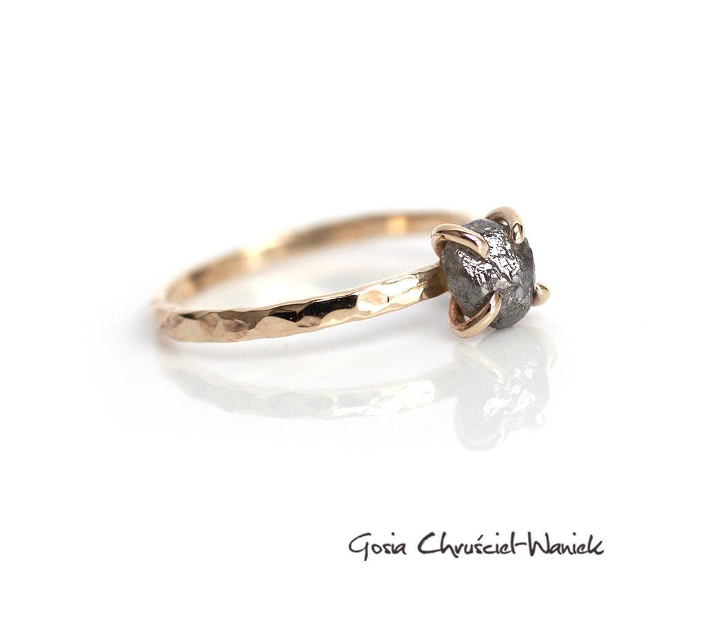 Naturalny, surowy diament w żółtym złocie