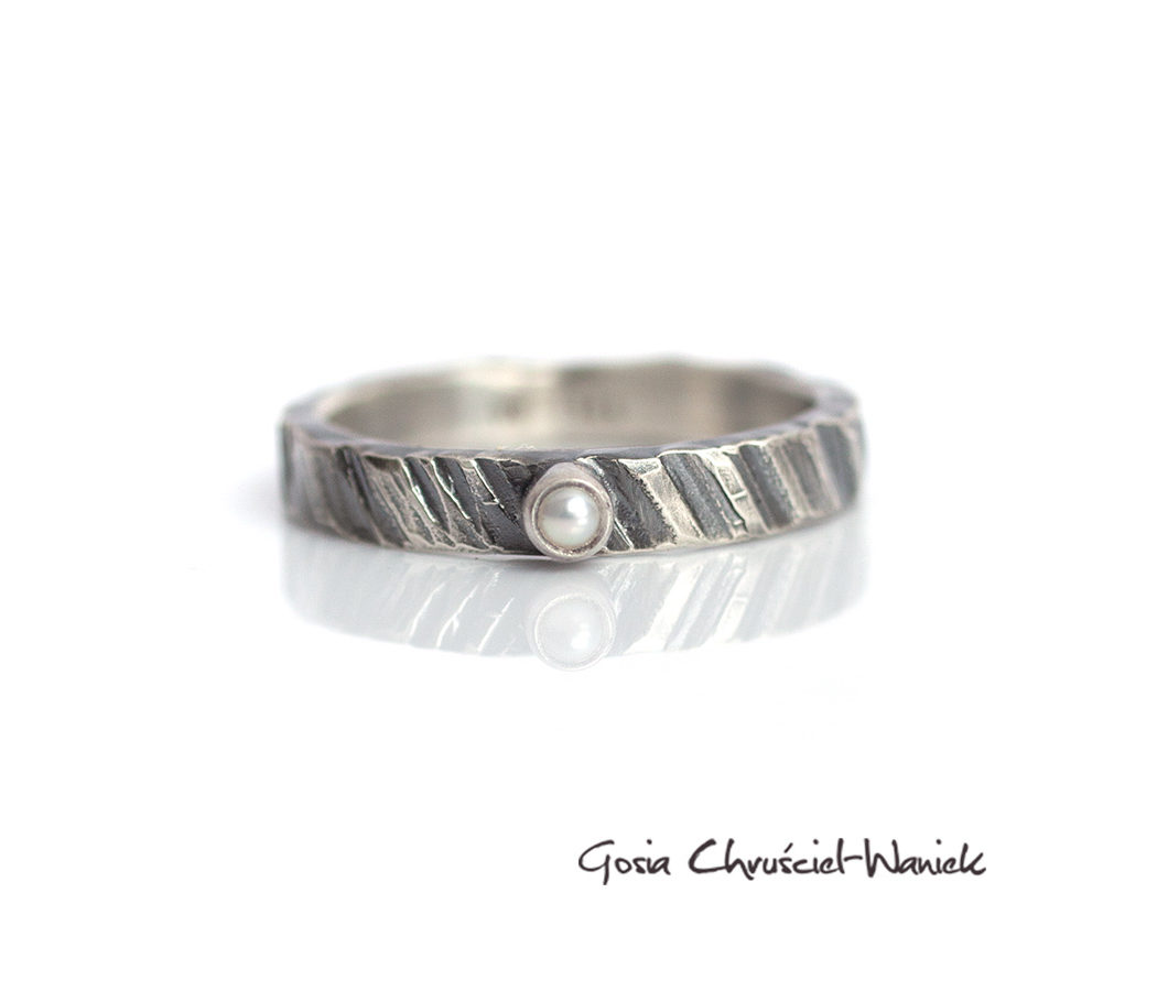 Srebrny pierścionek z fakturą i perłą
