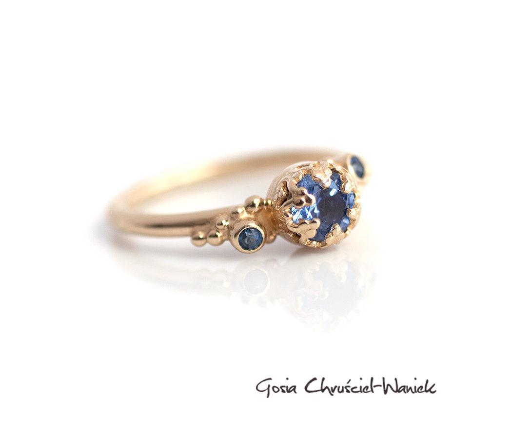 Złoty pierścień z cejlońskimi szafirami