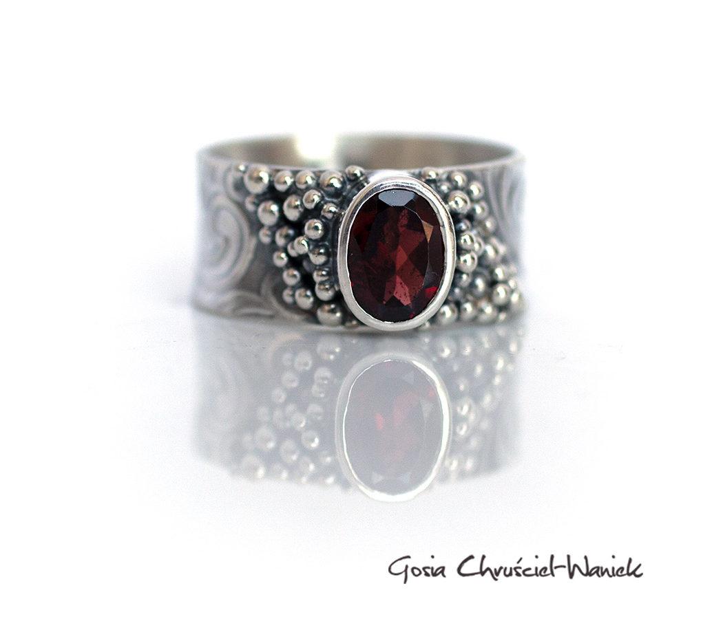 Srebrny pierścionek w stylu retro z granatem