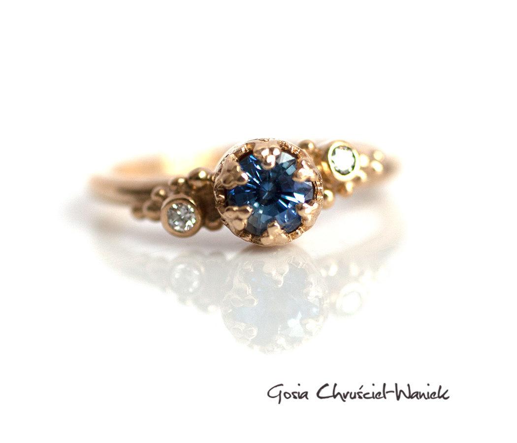 Złoty pierścionek z szafirem cejlońskim i brylantami