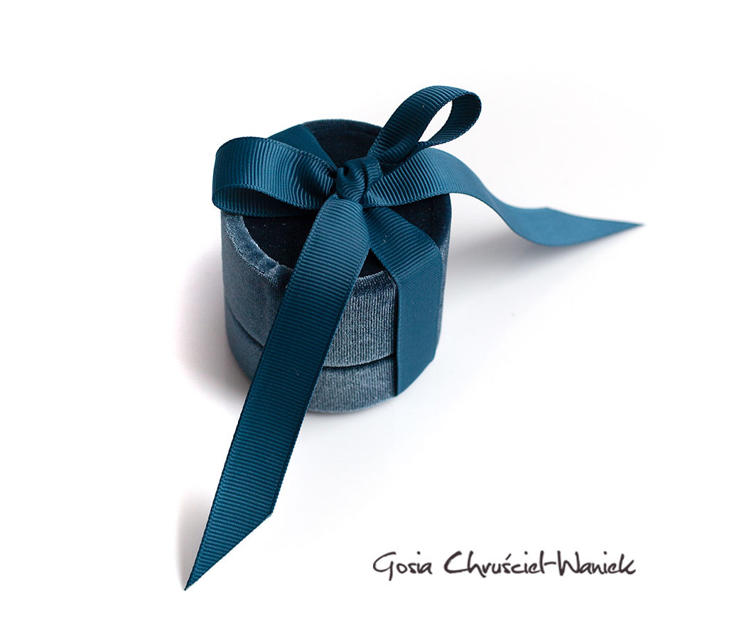 Aksamitne, okrągłe pudełko na biżuterię