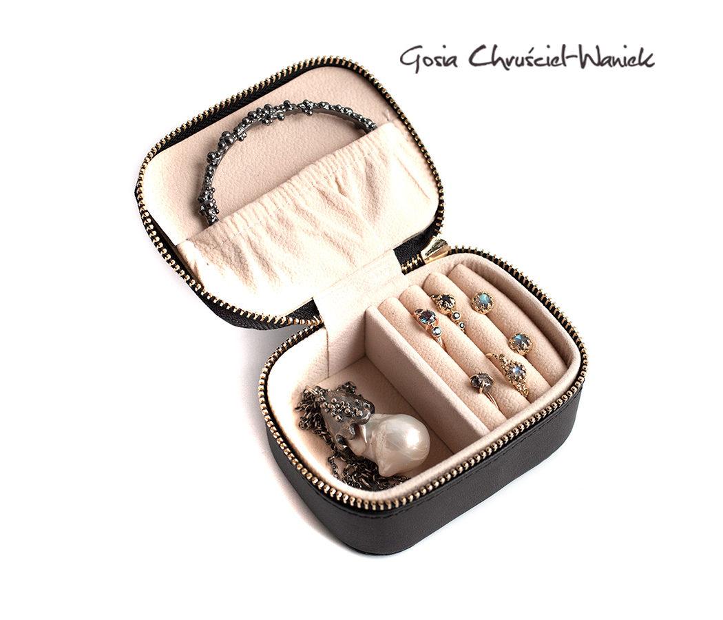 Mały podróżny kuferek na biżuterię