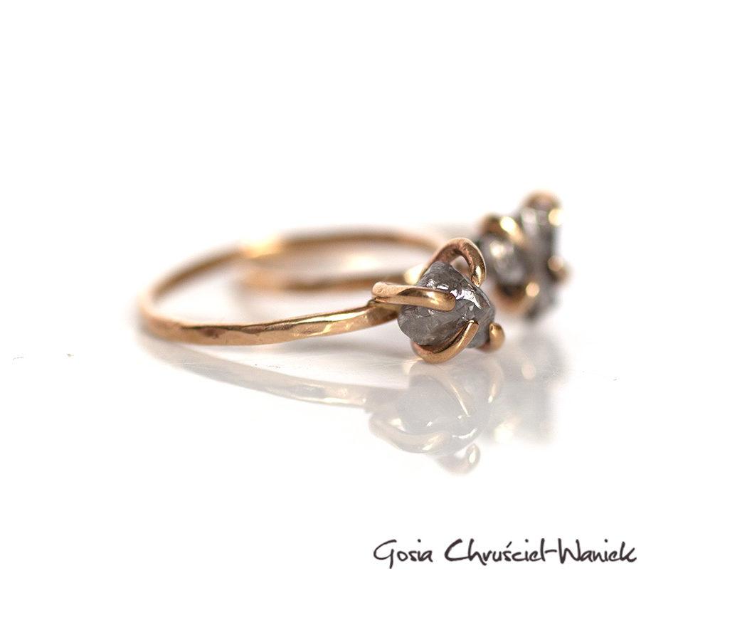 Złote, surowe pierścionki z diamentem i meteorytem