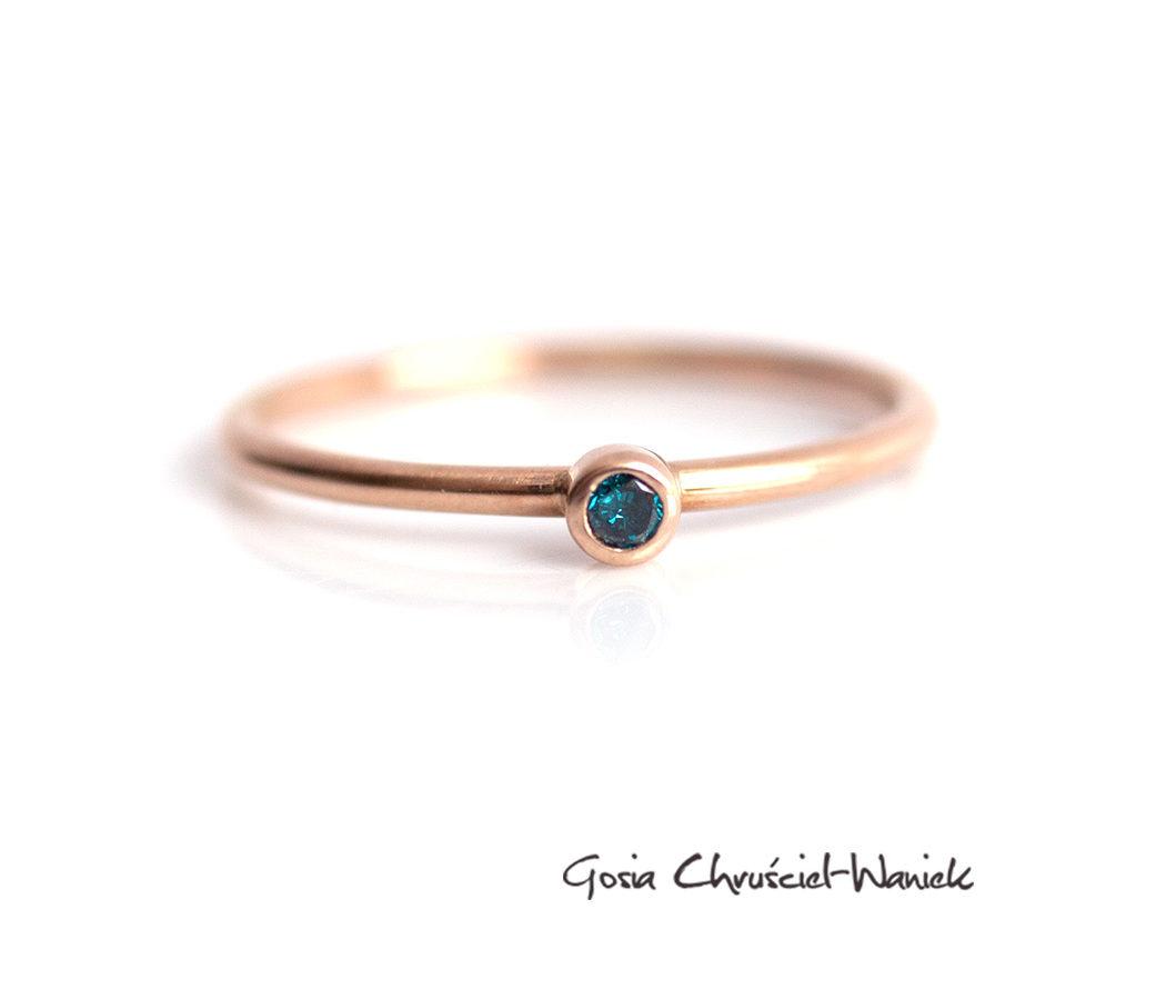 Pierścionek zaręczynowy z różowego złota z niebieskim brylantem