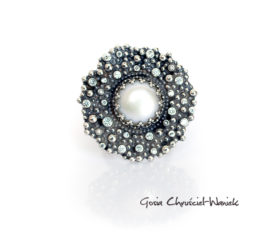 Efektowny pierścień z perłą i cyrkoniami