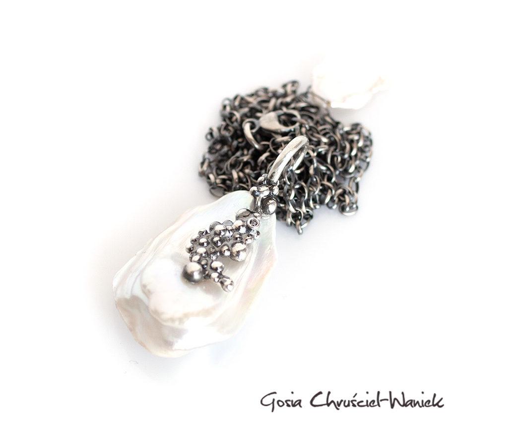 Naszyjnik z barokową perłą i cyrkonia