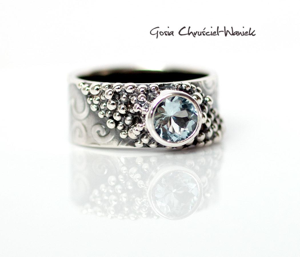 Srebrny pierścionek w stylu retro z akwamarynem