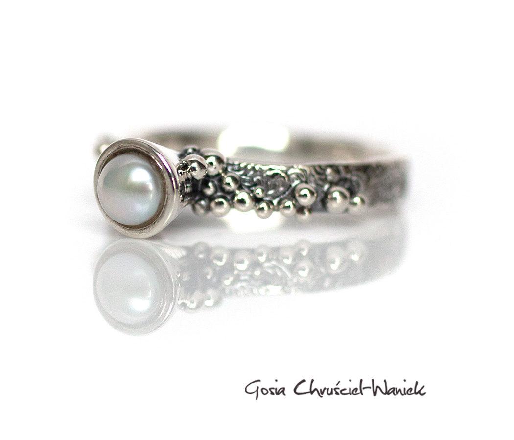 Srebrny pierścionek w stylu retro z perłą hodowaną